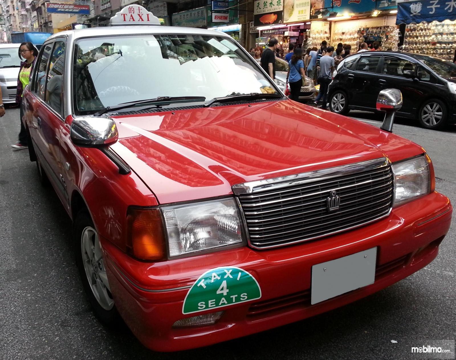 Foto taksi Toyota Crown Comfort dengan spion fender