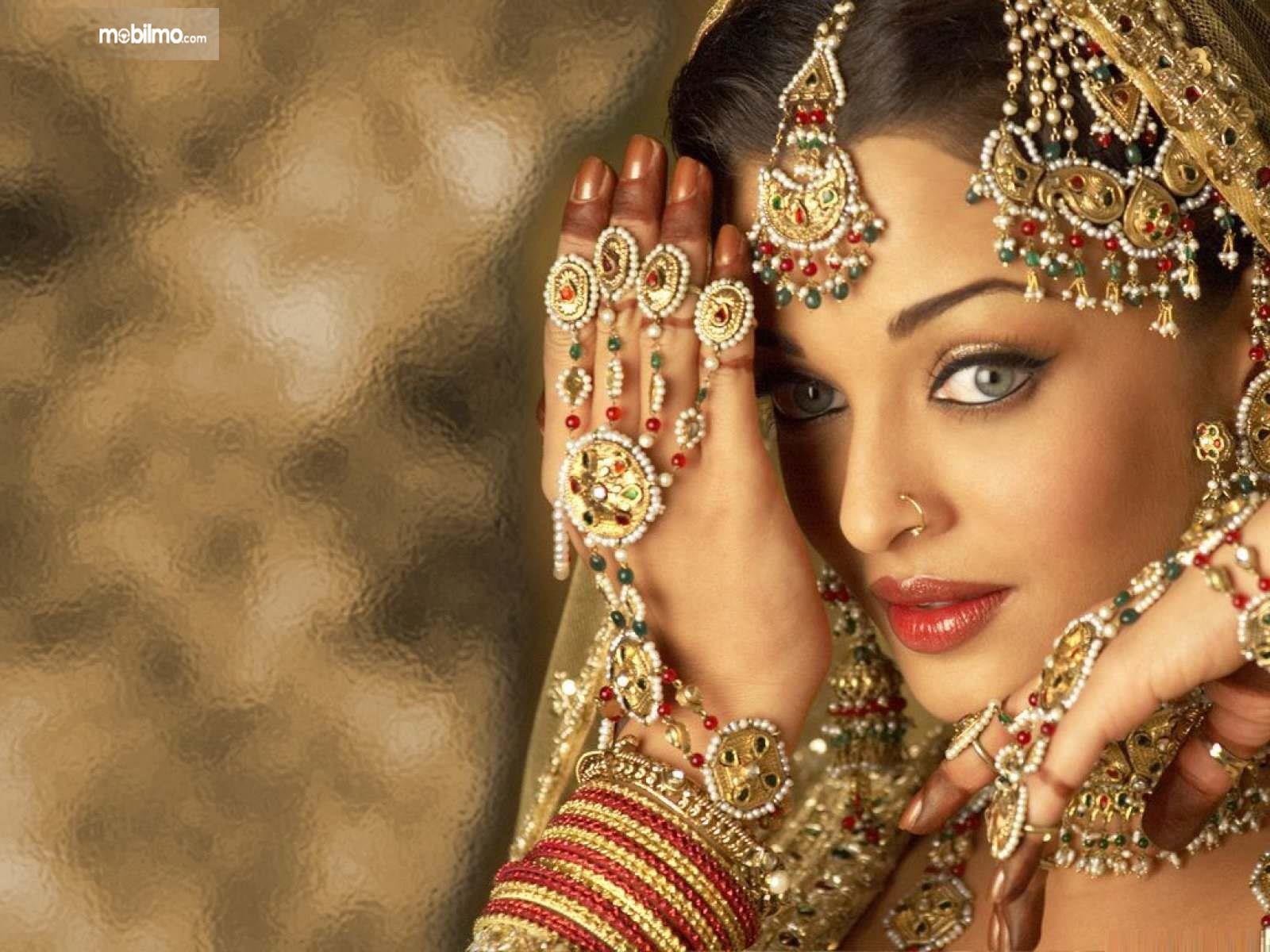 Foto artis India pakai perhiasan berlebihan dan mencolok