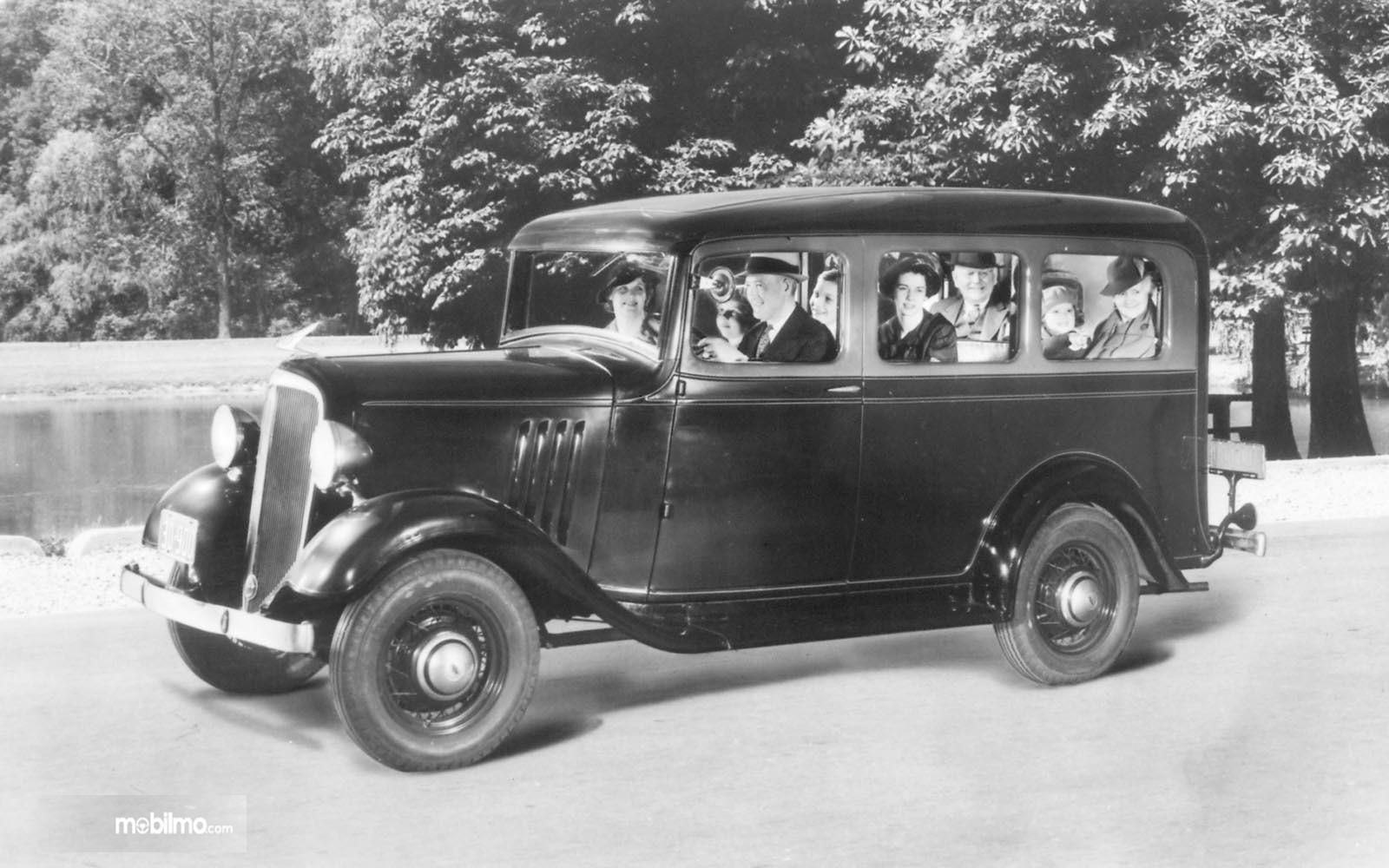 Foto mobil Chevrolet Suburban Carryall 1935 tampak dari samping