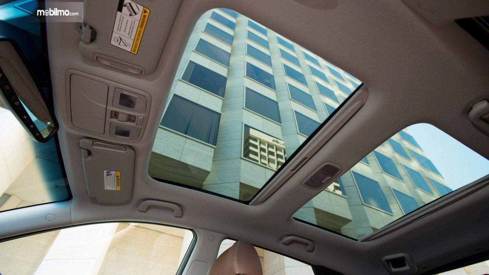 Foto sunroof mobil dari dalam mobil
