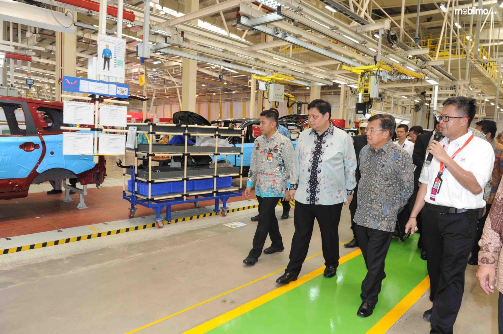 Wakil Presiden Yusuf Kalla meninjau Pabrik Wuling di Cikarang Pusat, Bekasi, Jawa Barat