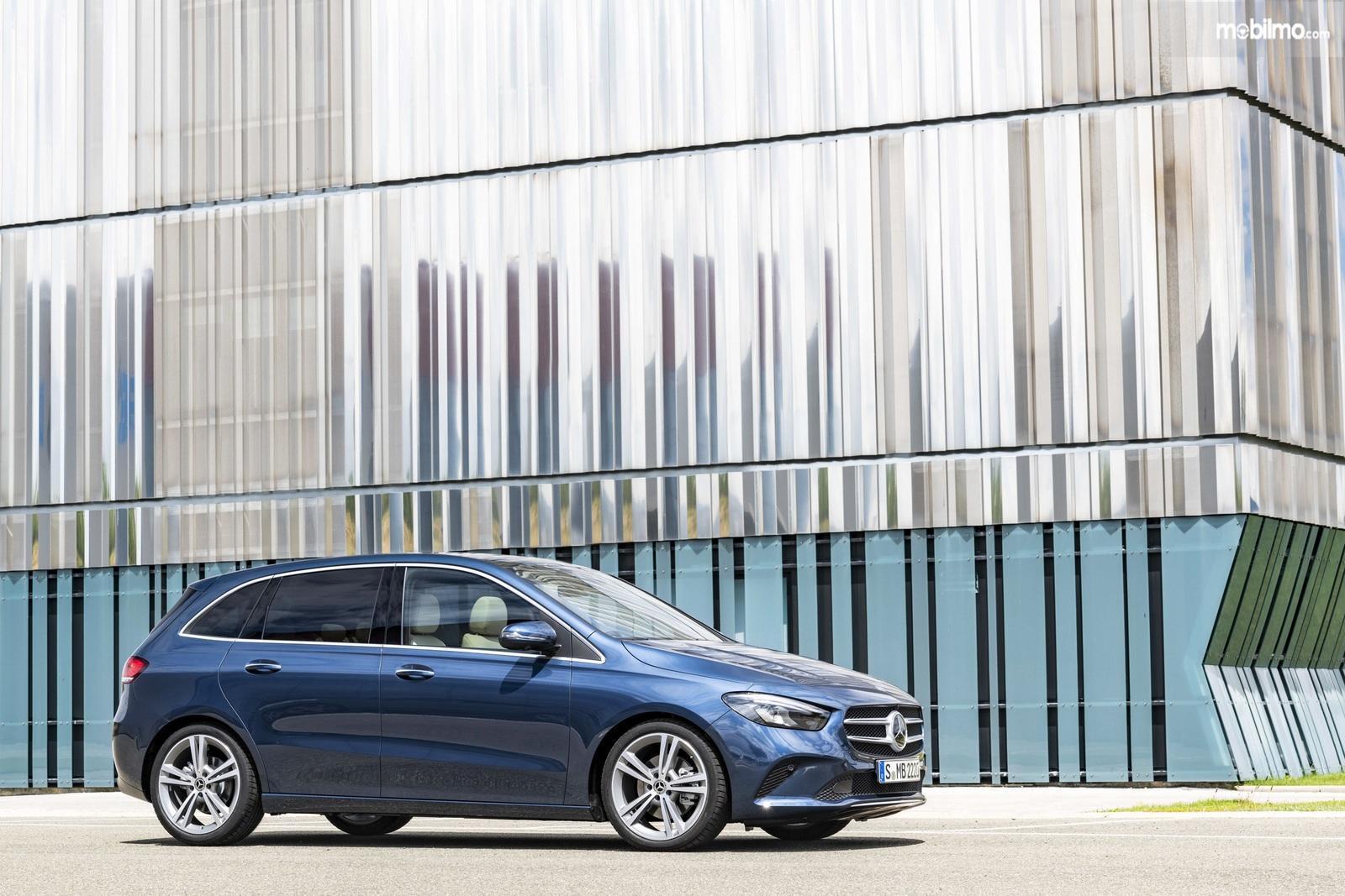 Gambar tampilan samping Mercedes-Benz B-Class 2019