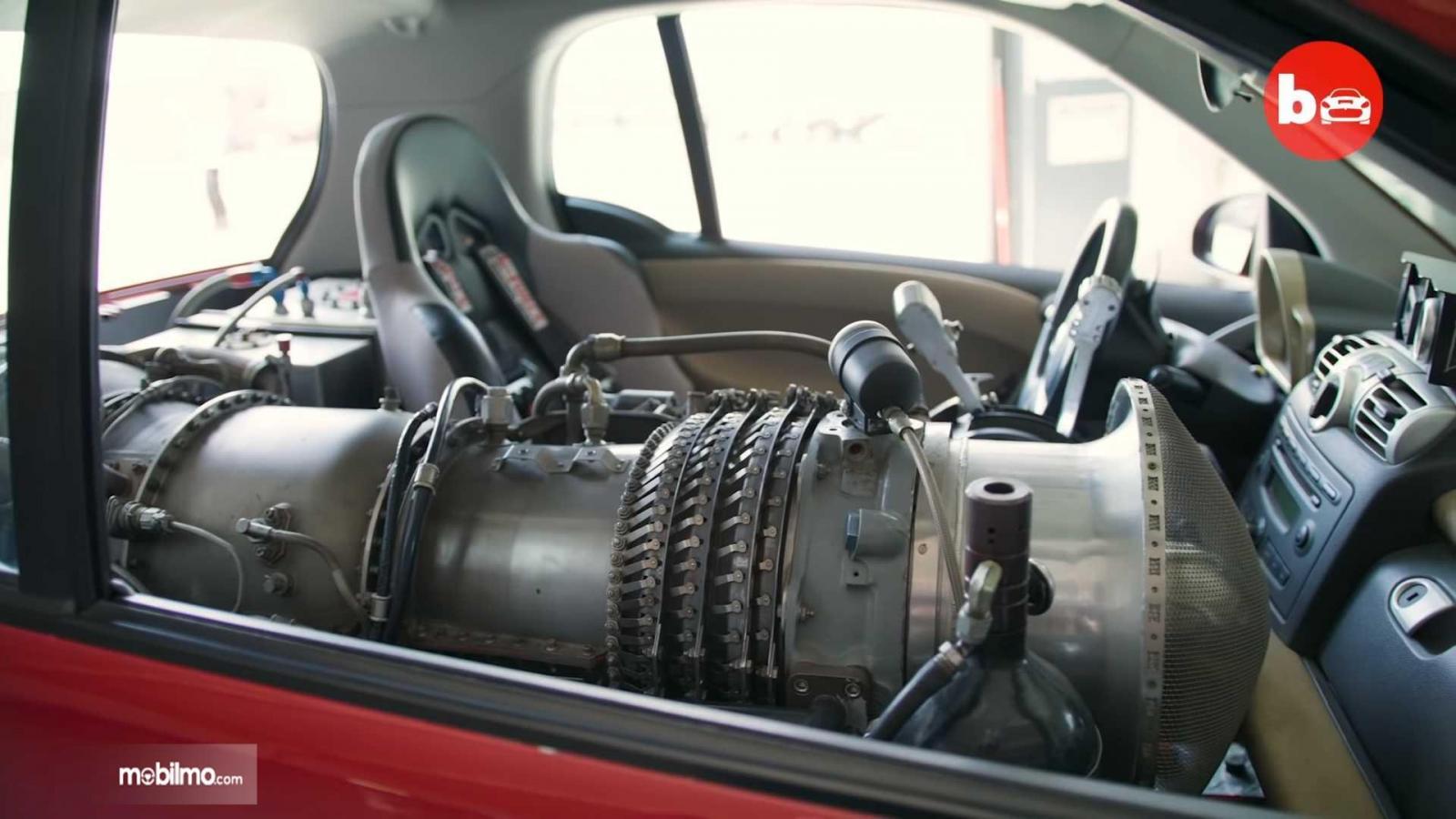 Gambar mesin jet di dalam mobil