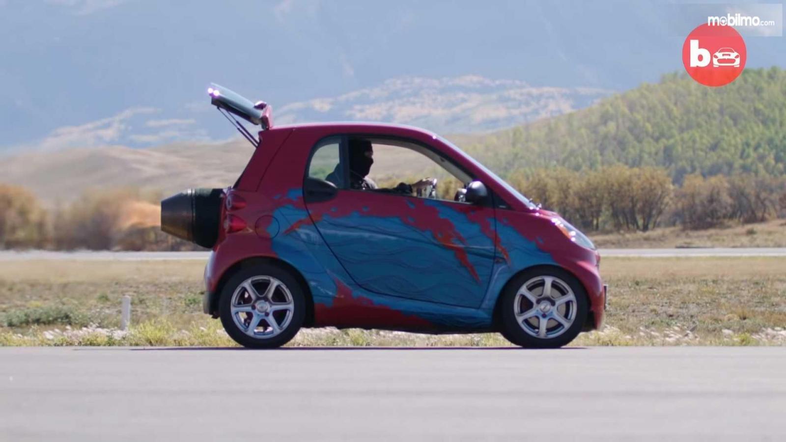 Gambar Smart ForTwo berwarna merah dan biru