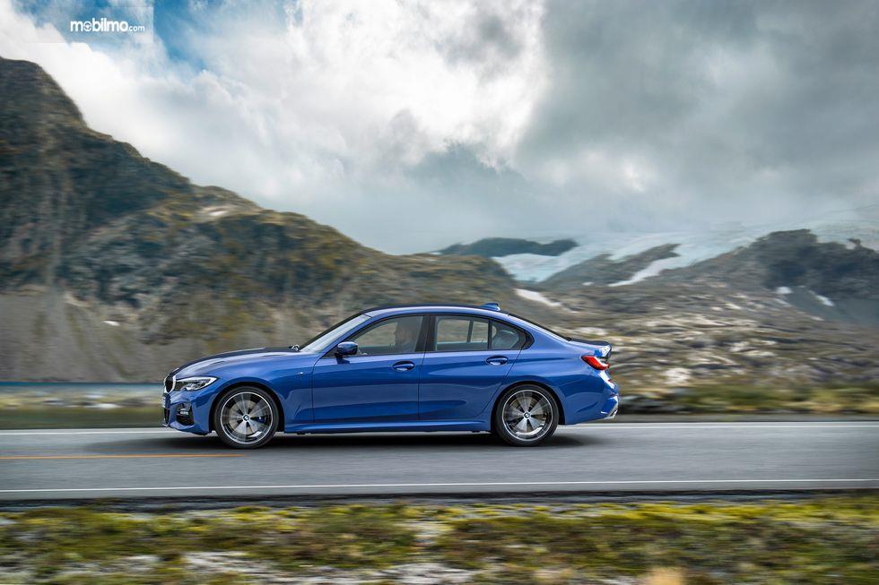 Gambar tampilan samping BMW 3 Series 2019