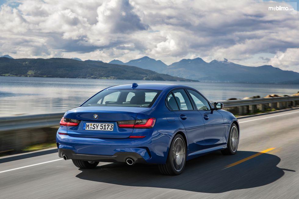 Gambar tampilan belakang BMW 3 Series 2019