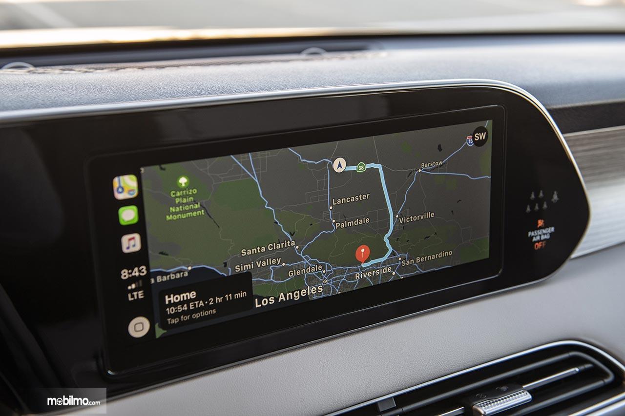 Head unit layar sentuh pada sebuah Hyundai Palisade 2019