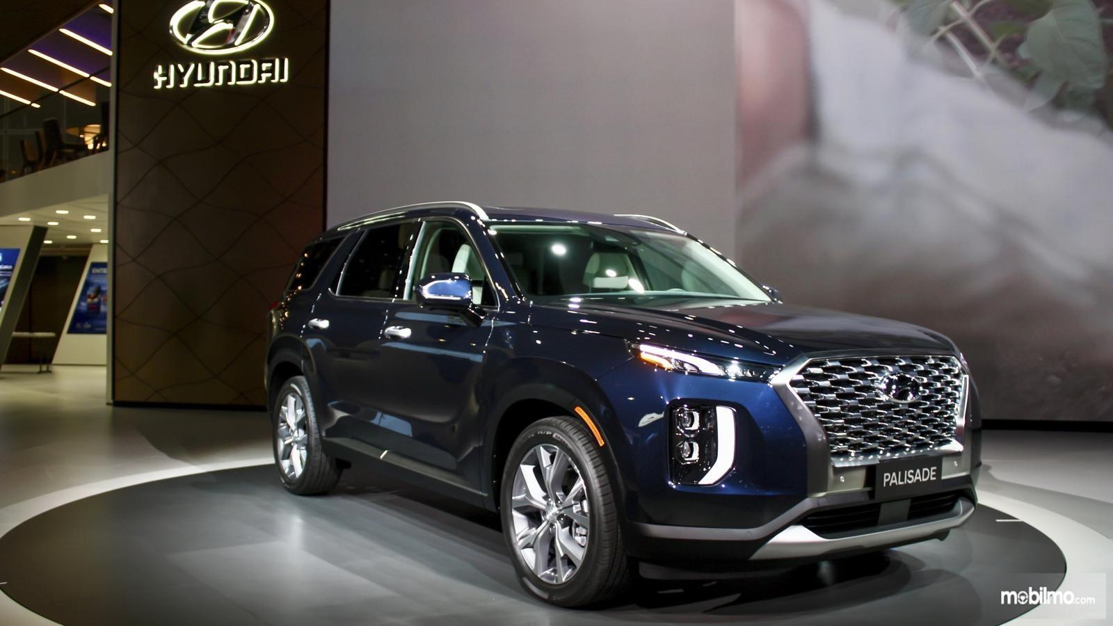 Gambar mobil Hyundai Palisade 2019 berwarna biru tua saat dipamerkan