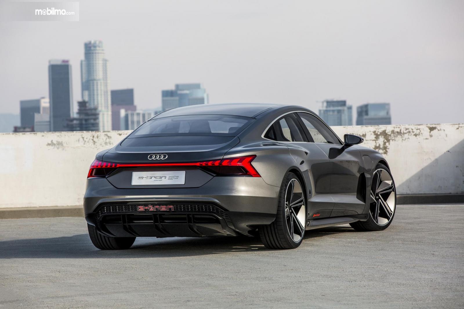 Gambar menunjukkan mobil Audi e-tron GT 2019 berwarna abu-abu dilihat dari sisi belakang