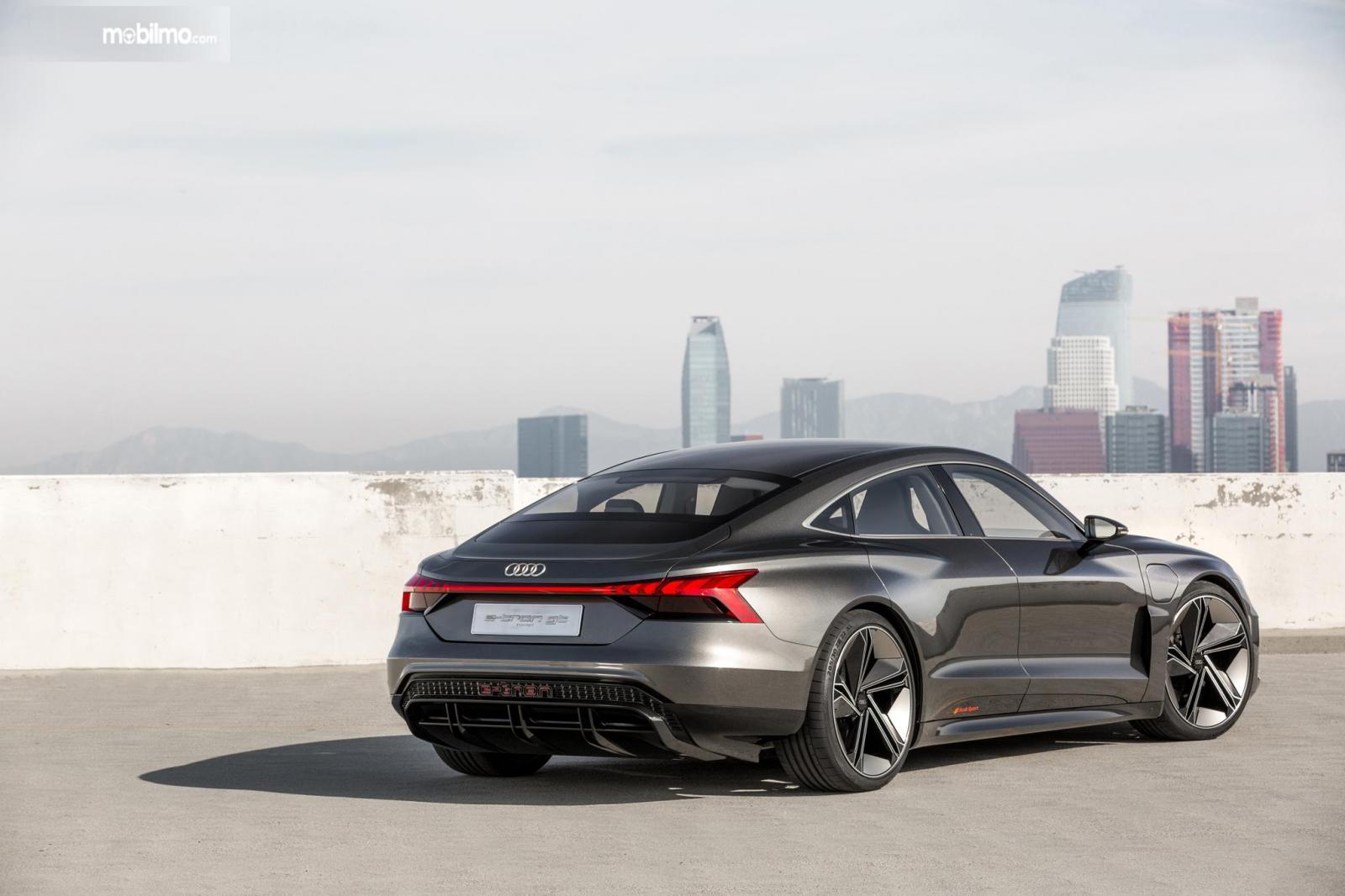Gambar mobil Audi e-tron GT 2019 berwarna abu-abu dilihat dari sisi belakang