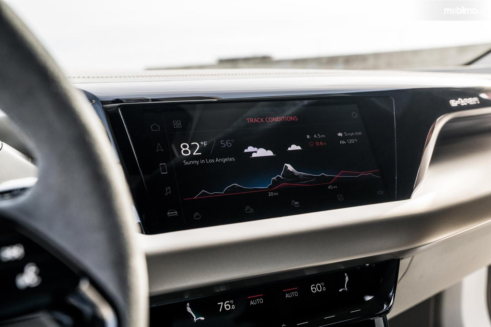 Gambar menunjukkan bagian Head unit dan sistem hiburan Audi e-tron GT 2019