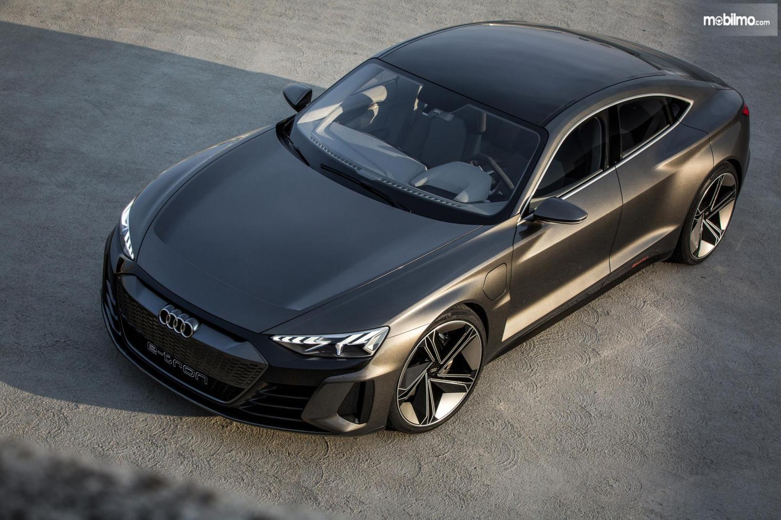 Gambar menunjukkan mobil Audi e-tron GT 2019 berwarna abu-abu