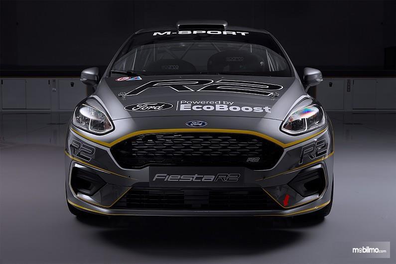 Tampilan depan sebuah All New Ford Fiesta WRC R2 2019 berwarna abu-abu