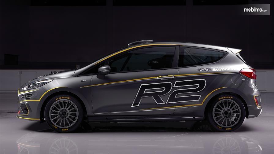 Tampilan samping sebuah All New Ford Fiesta R2 2019 berwarna abu-abu