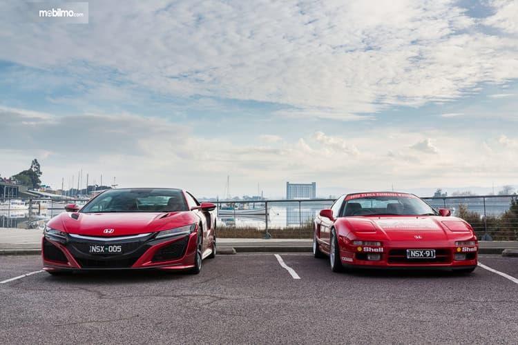Gambar menunjukkan 2 mobil Honda NSX berwarna merah dalam waktu past and present