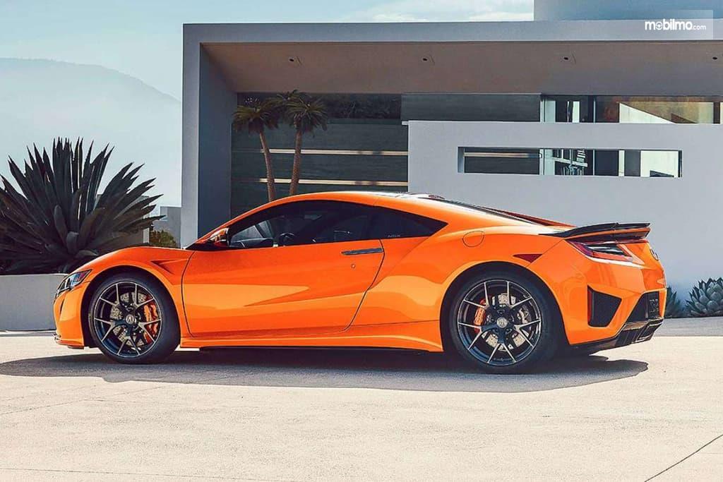 Gambar mobil Honda NSX 2019 berwarna orange dilihat dari sisi samping
