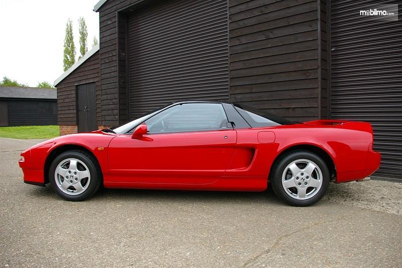 Gambar menunjukkan mobil Honda NSX 3.0 V6 1990 berwarna merah dilihat dari sisi samping