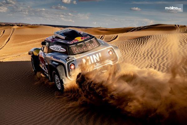 Tampilan belakang sebuah mobil Mini All 4 Racing Buggy Dakar 2019