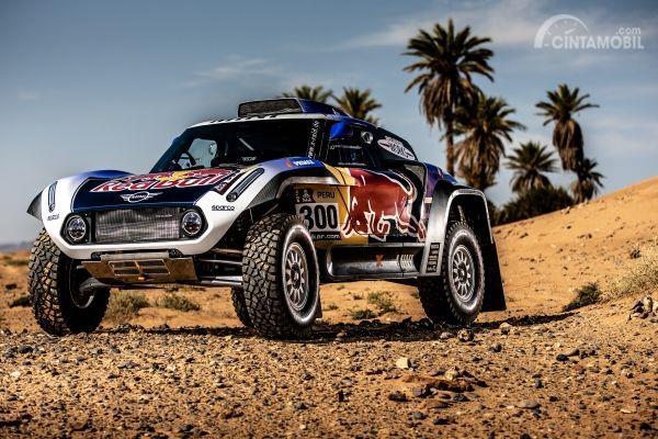 Gambar mobil Mini All 4 Racing Buggy Dakar 2019 yang sedang parkir di tempat yang kosong
