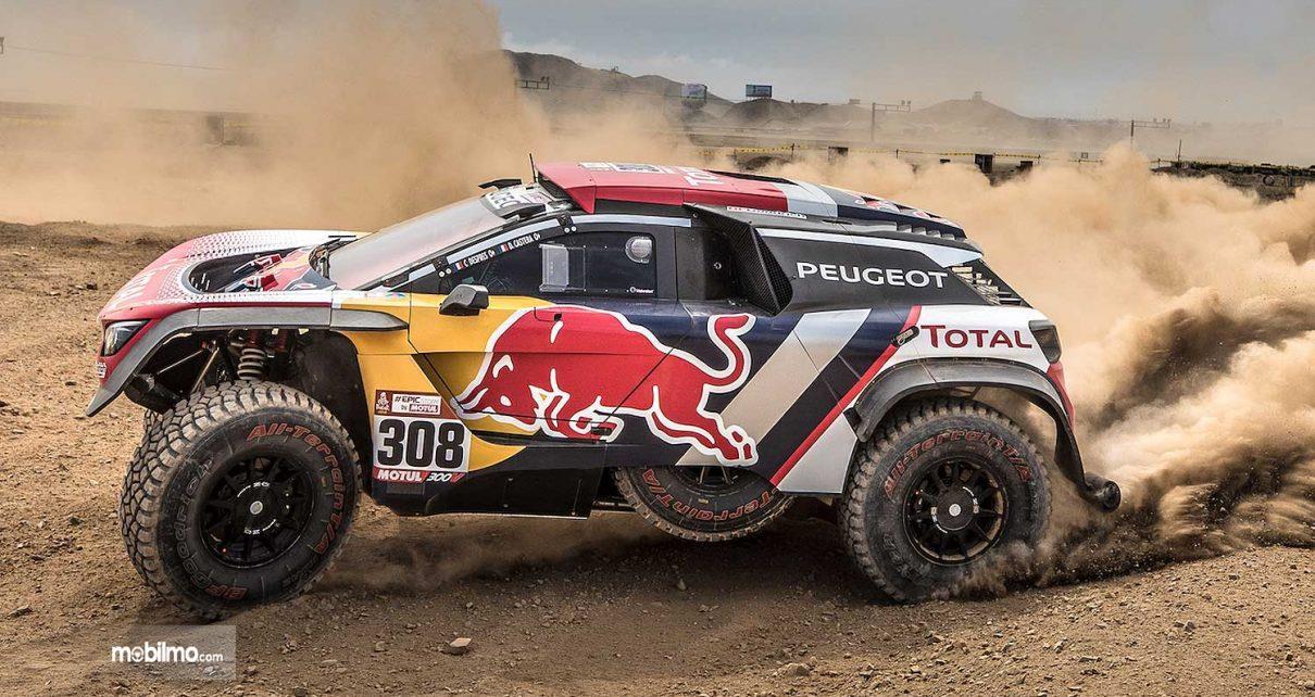 Gambar menunjukkan Tampilan samping Peugeot 3008 DKR 2019