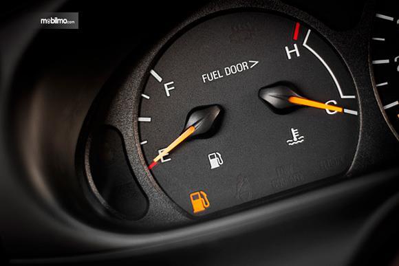 Foto indikator bahan bakar menunjukkan bahan bakar habis