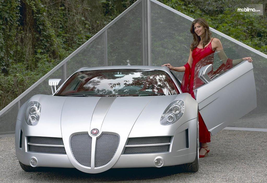 Foto seorang model bersama mobil mewah