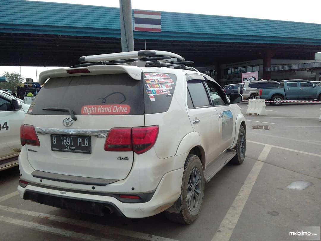 Foto SUV Toyota Fortuner 2011 tampak dari samping belakang