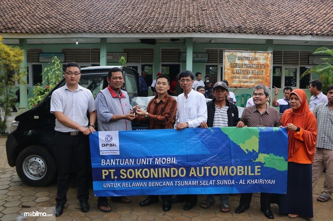 Penyerahan bantuan mobil DFSK Super Cab ke relawan bencana tsunami Selat Sunda
