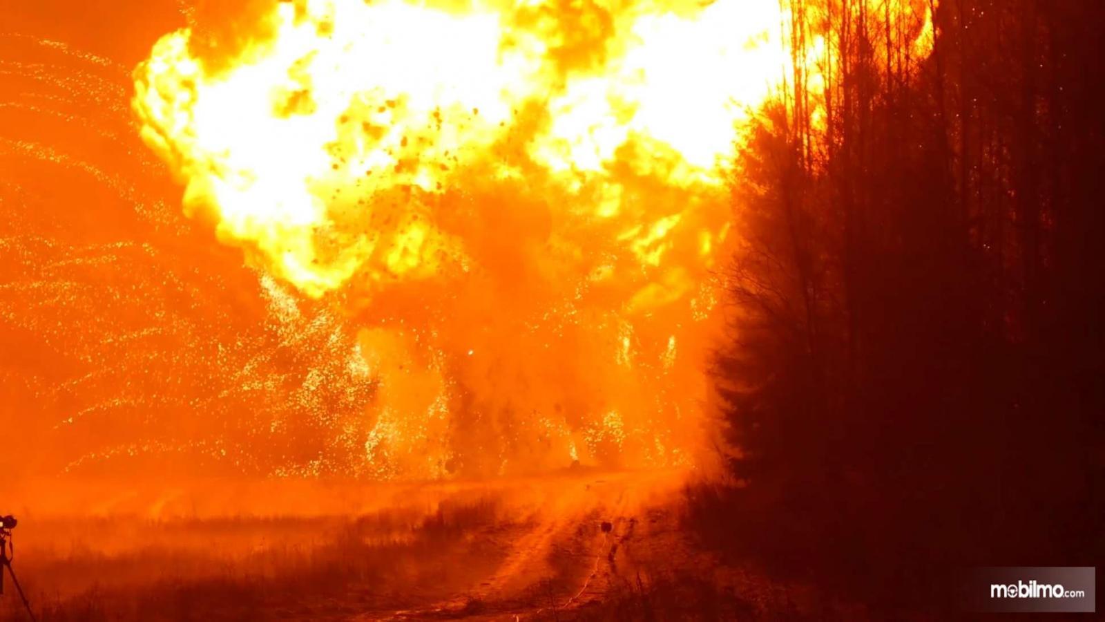 Gambar ledakan mobil