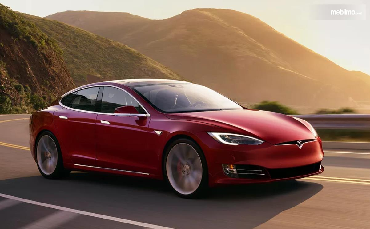Foto Tesla Model S tampak dari samping depan