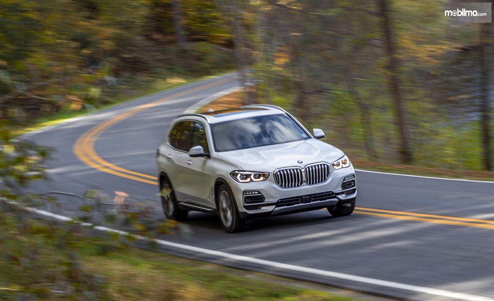 BMW X5 2019 berwarna putih di jalan