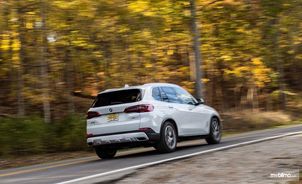 tampilan belakang mobil baru BMW X5 2019 berwarna putih