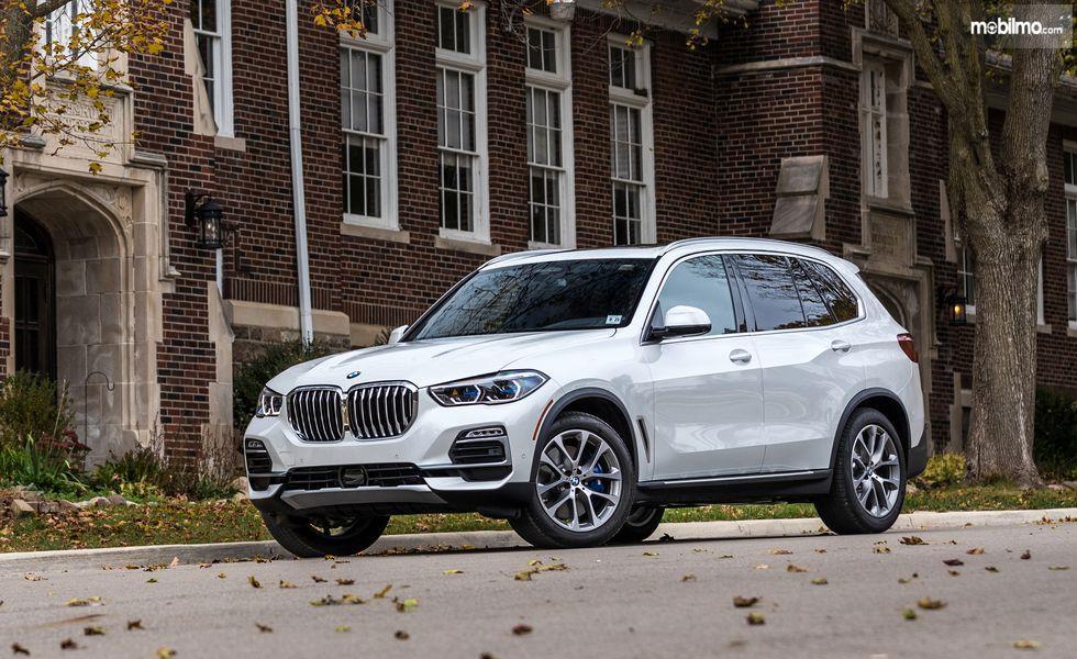 tampilan depan BMW X5 2019 berwarna putih