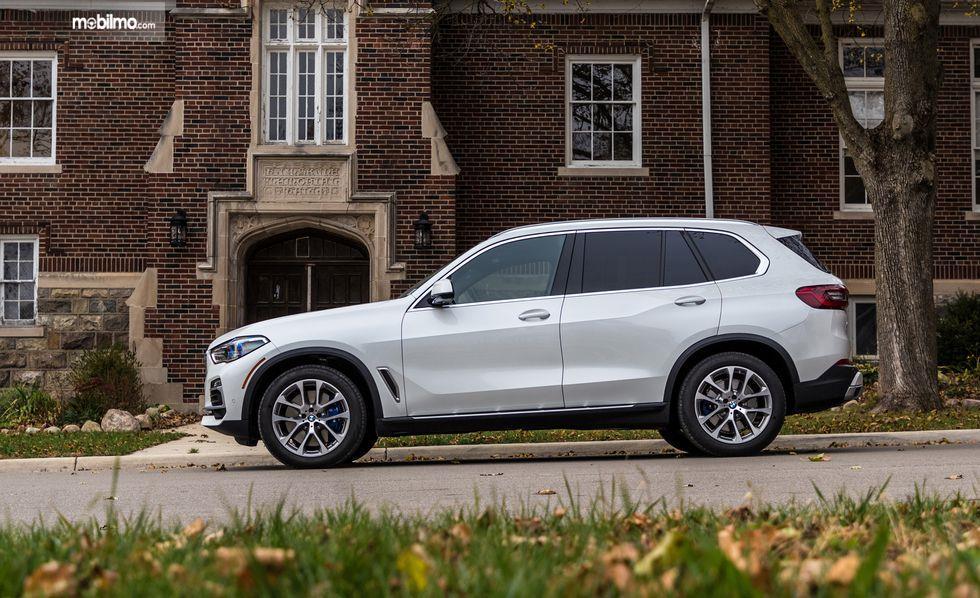 tampilan samping BMW X5 2019 berwarna putih