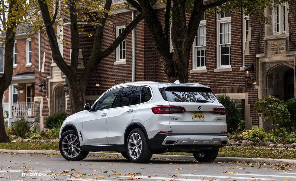 tampilan belakang BMW X5 2019 berwarna putih