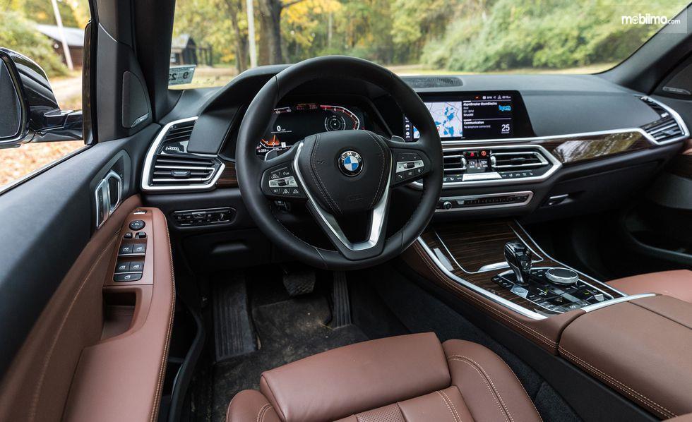 kemudi BMW X5 2019 berwarna hitam