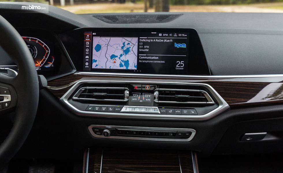 layar inforainment BMW X5 2019 berwarna hitam