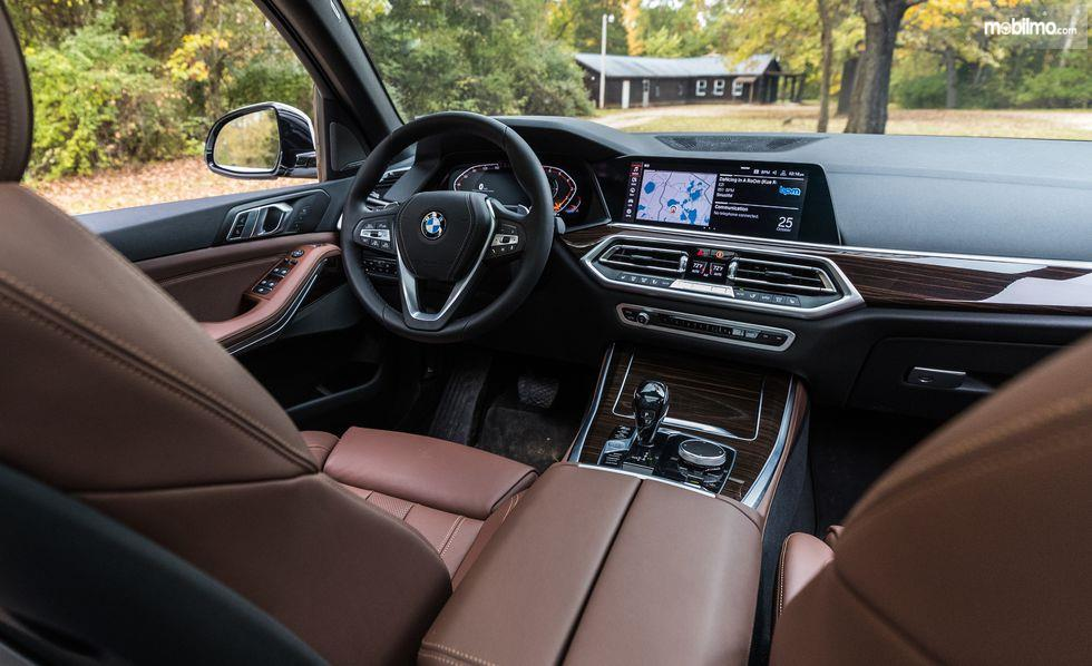 dasbor BMW X5 2019 berwarna hitam