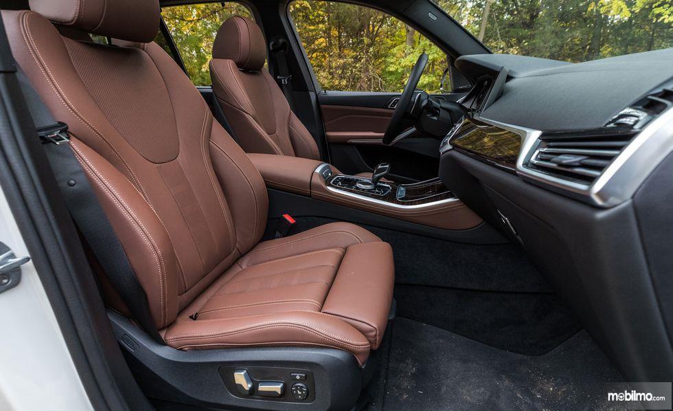 kursi BMW X5 2019 berwarna hitam