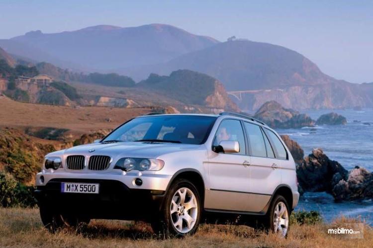 generasi pertama BMW X5 1999 berwarna putih