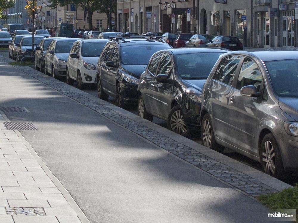 Foto Parkir paralel di bahu jalan