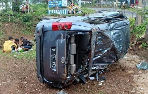 Foto Kecelakaan Toyota Avanza terguling