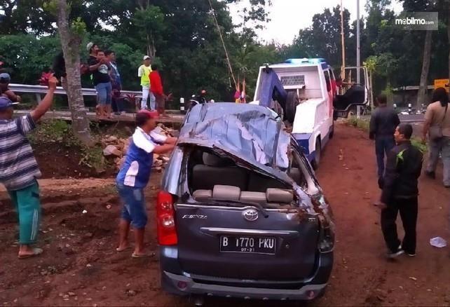 Foto Toyota Avanza hancur setelah kecelakaan