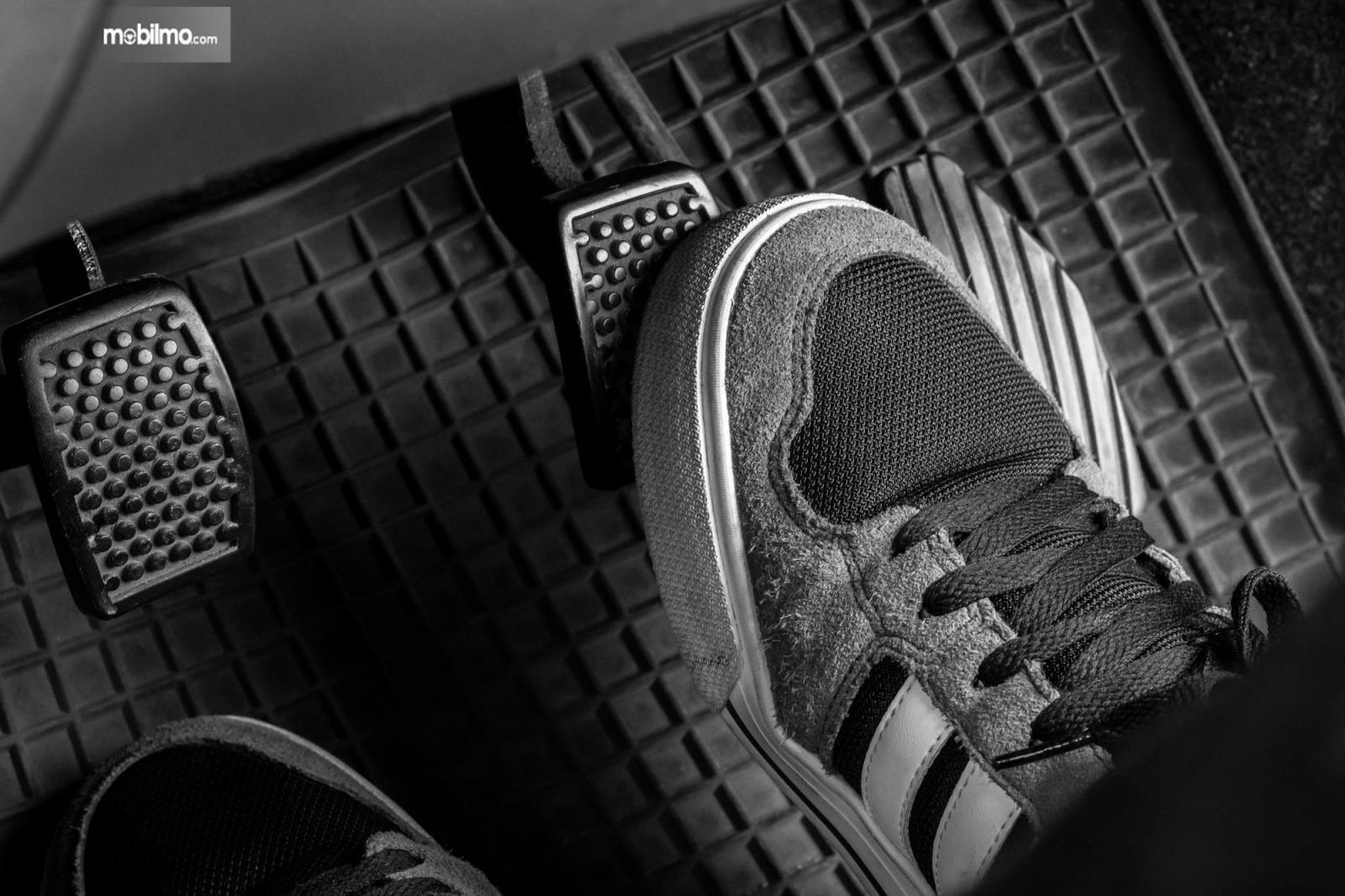 Foto kaki menginjak pedal rem