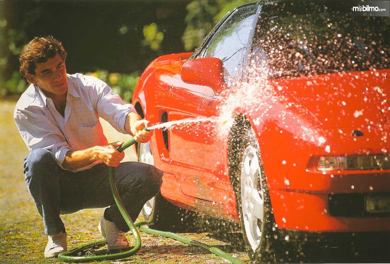 Tampak Aryton Senna yang sedang mencuci mobil Honda NSX 3.0 V6 1991