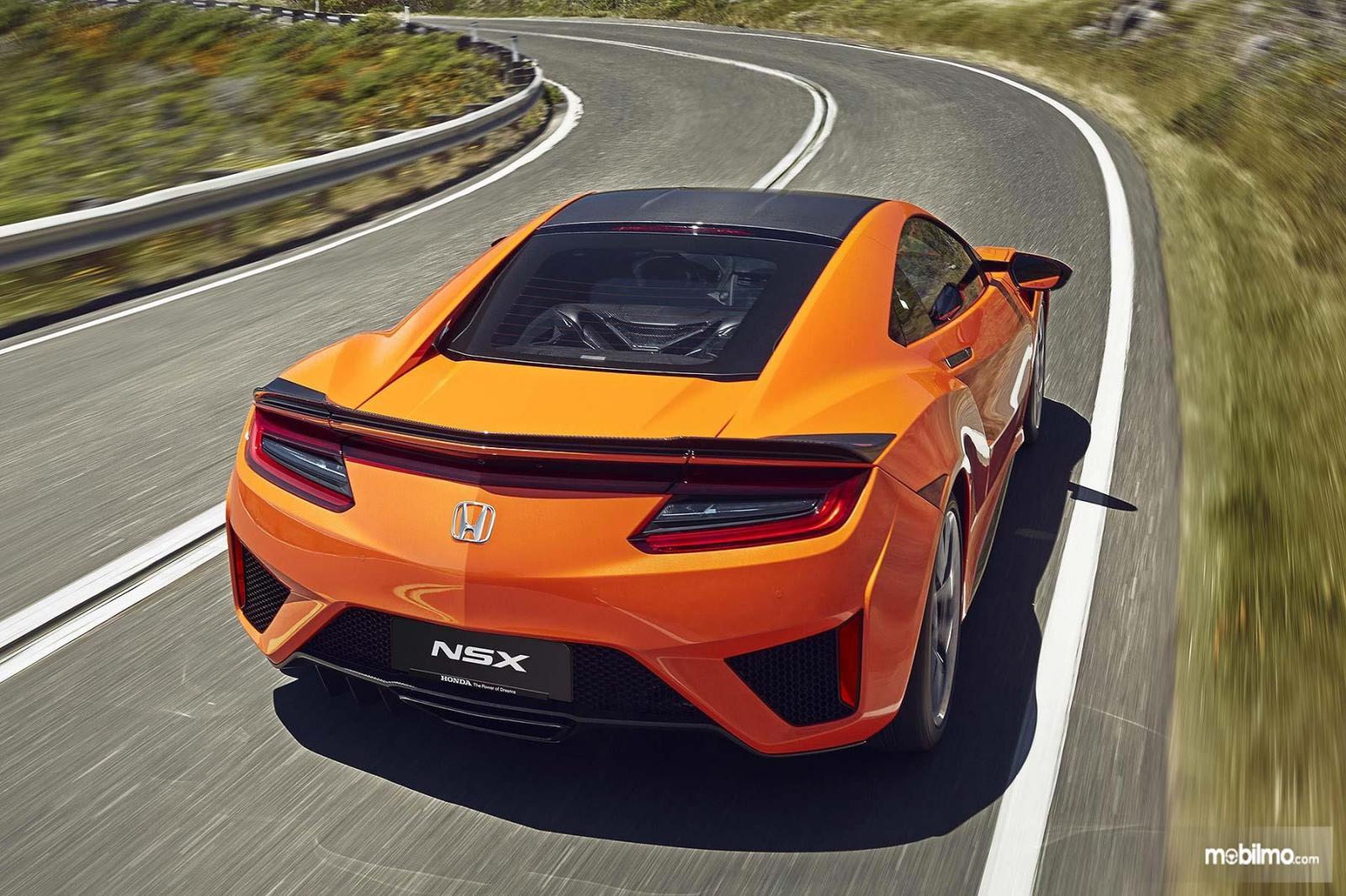 Gambar mobil Honda NSX 2019 berwarna orange dilihat dari sisi belakang