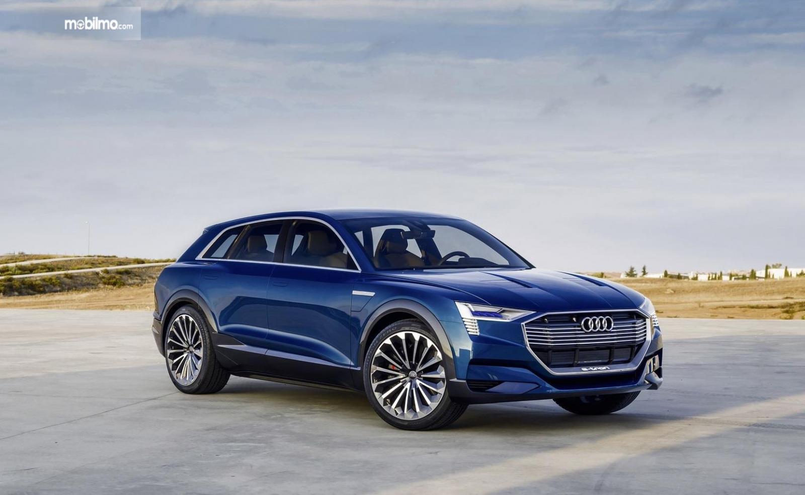 SUV Audi e-Tron berwarna biru