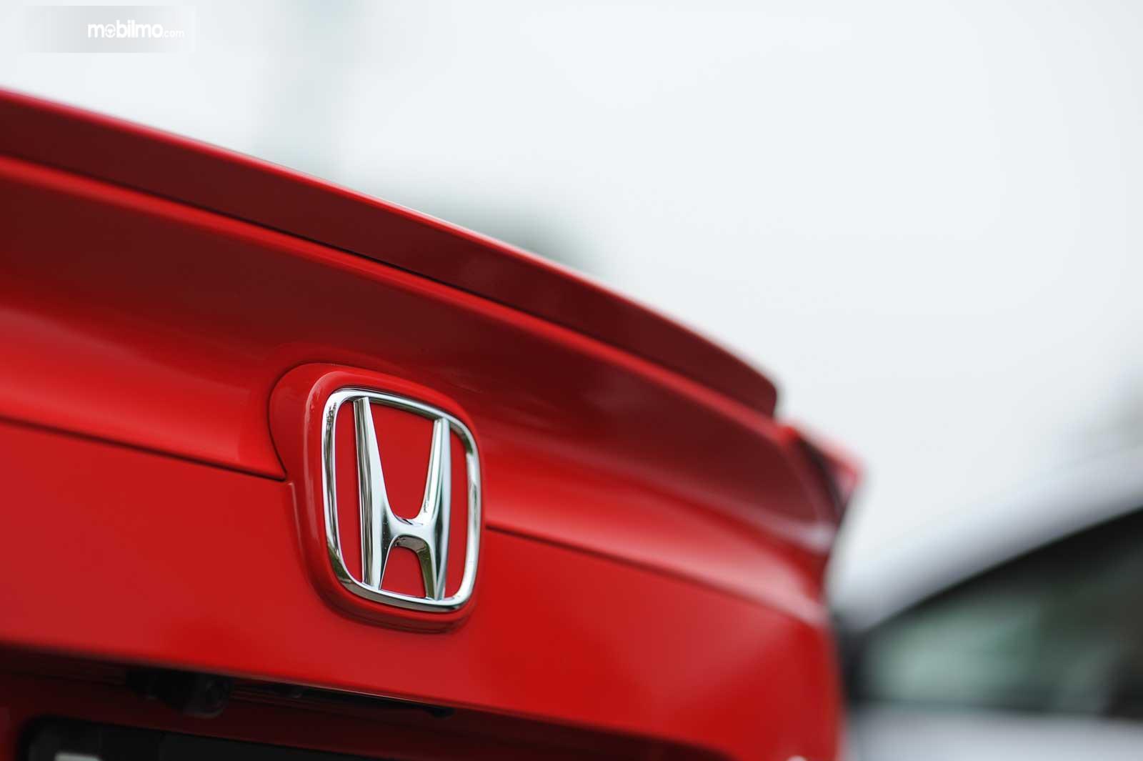Gambar Logo Honda di bagian belakang mobil