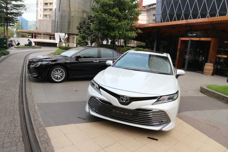 Foto All New Toyota Camry 2019 hitam dan putih