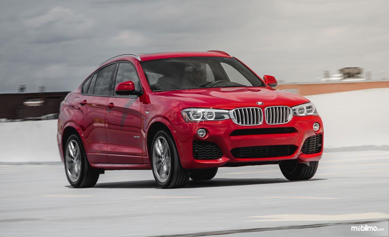 BMW X4 generasi pertama berwarna merah